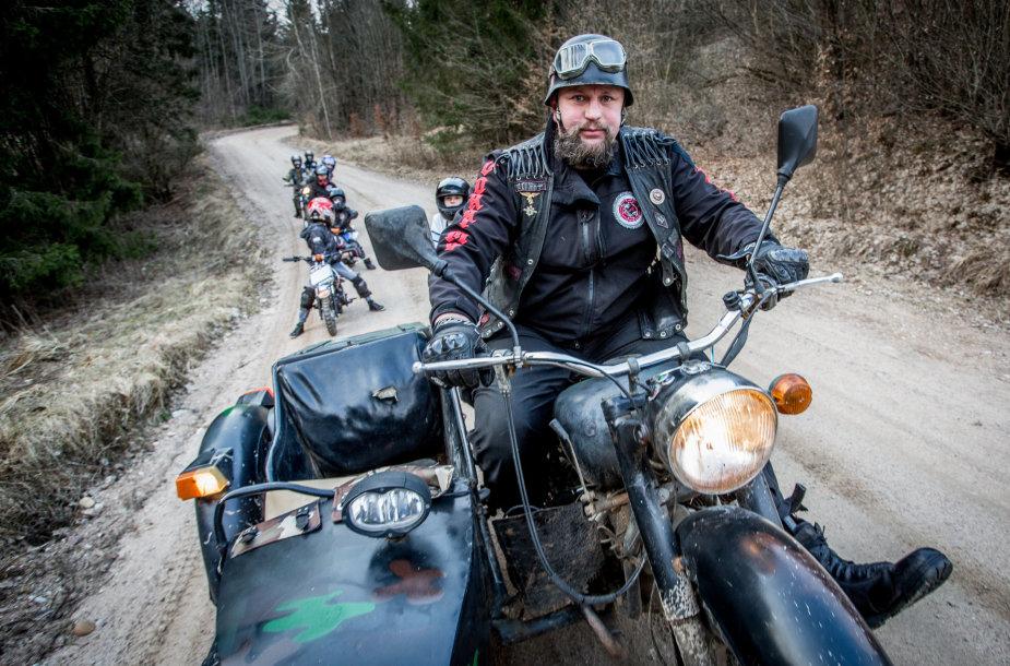 Laurynas Baltrūnas - Oblius Beižionių vaikų namuose veda jaunųjų motociklininkų būrelį