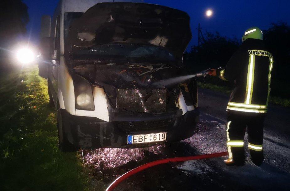 """Ugnis suniokojo """"Volkswagen Crafter"""" variklio skyrių, mikroautobuso kėbulą išsaugojo ugniagesiai, o kroviniais spėjo pasirūpinti vairuotojas."""
