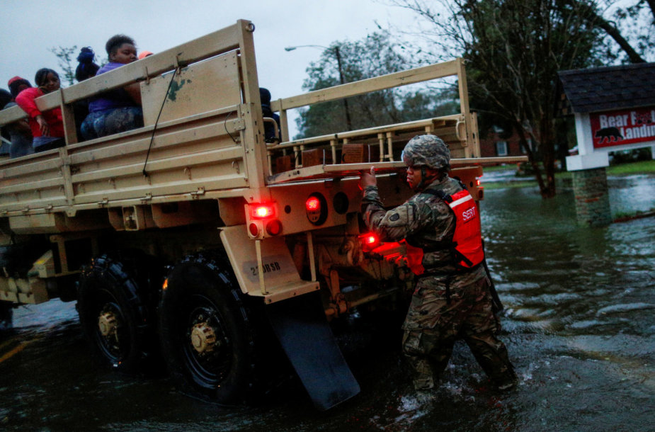 Iš užlietų teritorijų evakuojami gyventojai.