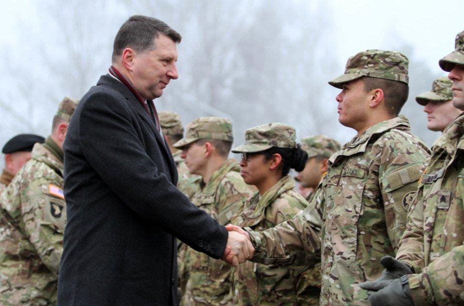 Raimonds Vėjuonis sveikina NATO misijos karius