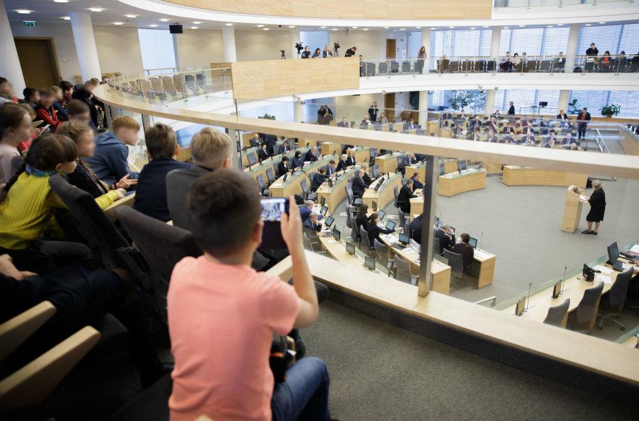 Seime svarstomos daug diskusijų sulaukusios vaiko teisių apsaugos pagrindų įstatymo pataisos
