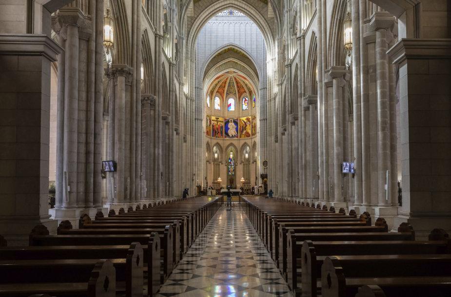 Popiežius Pranciškus ištuštėjusioje Vatikano katedroje