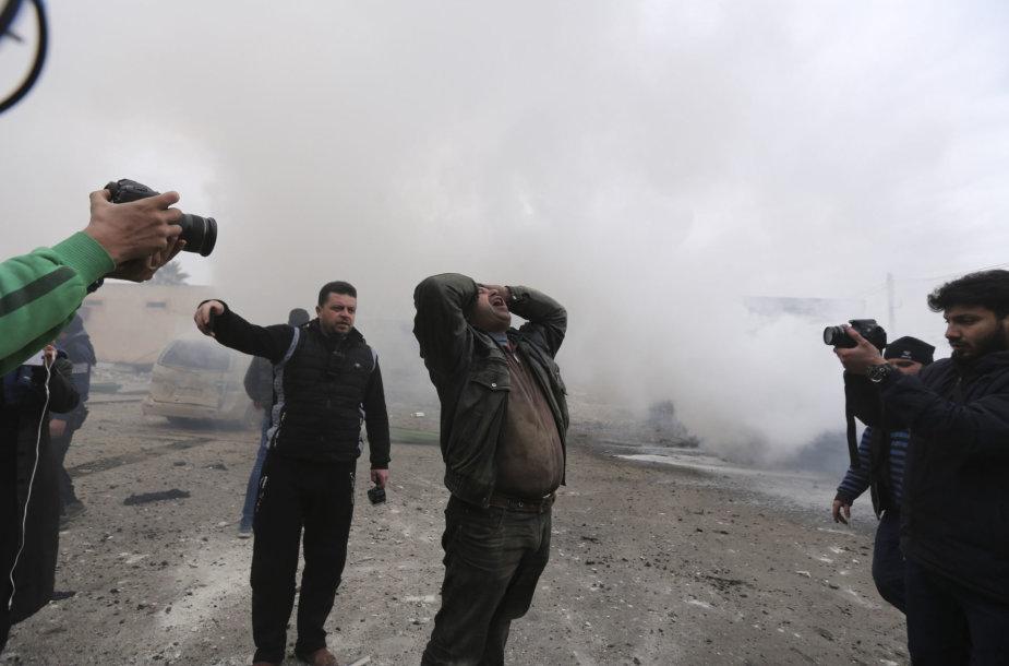 Vyras šaukia po Sirijos režimo oro smūgių Idlibe
