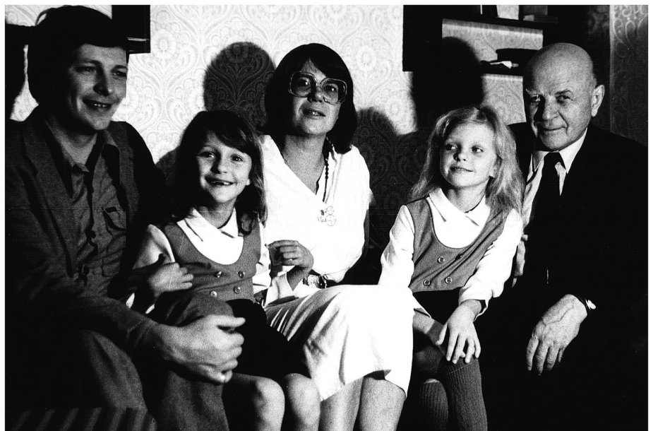 Su Pulikų šeima. Iš dešinės: Juozas Baltušis, dukra Violeta, anūkės Julija ir Simona, žentas Antanas. 1988 m.
