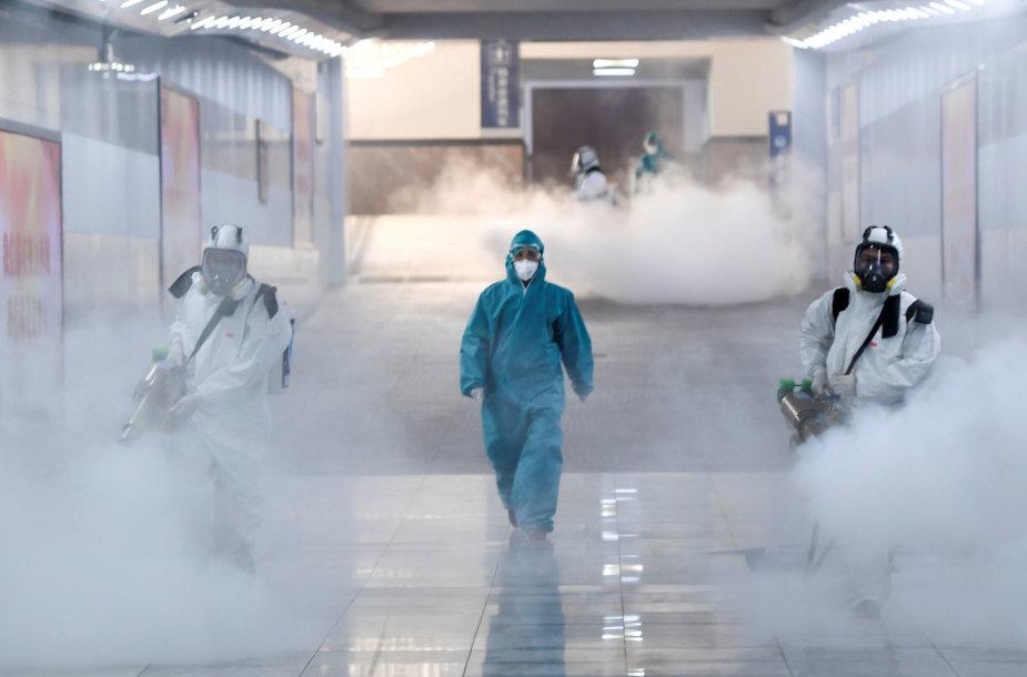 Dezinfekuojama traukinių stotis Kinijoje