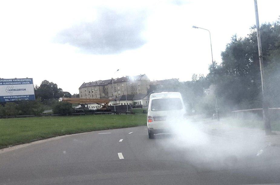 Balti dūmai, sklidę iš automobilio