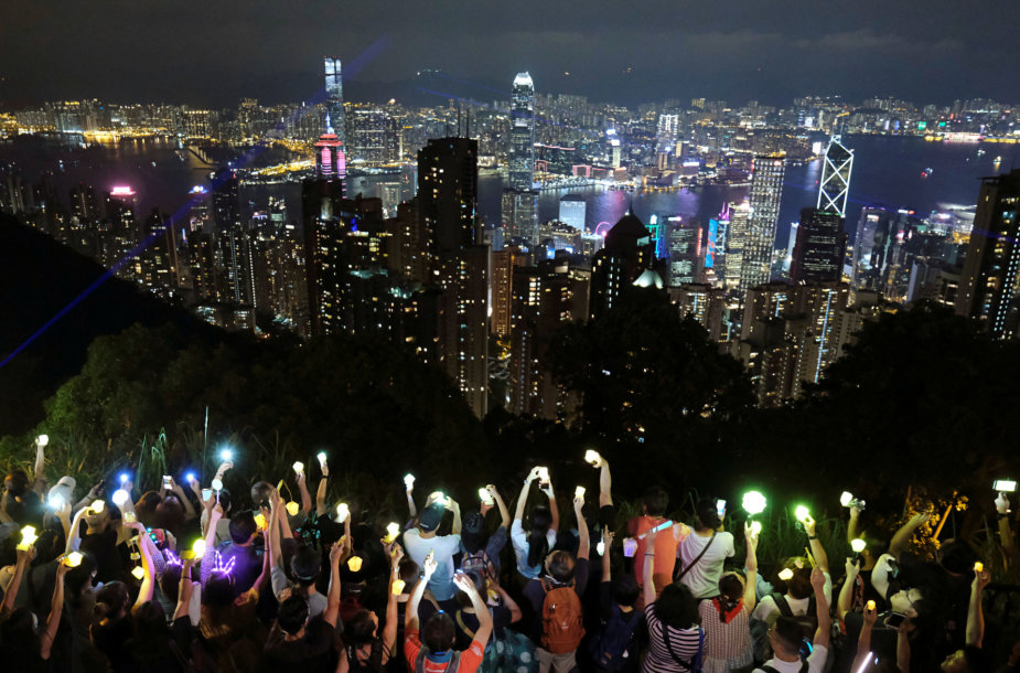 Honkongo kalvas nušvietė protestuotojų žibintai