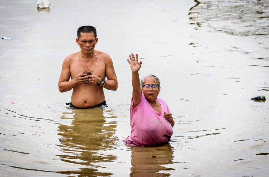 Filipinuose siaučiantis taifūnas Vamco sukėlė didelius potvynius sostinėje Maniloje