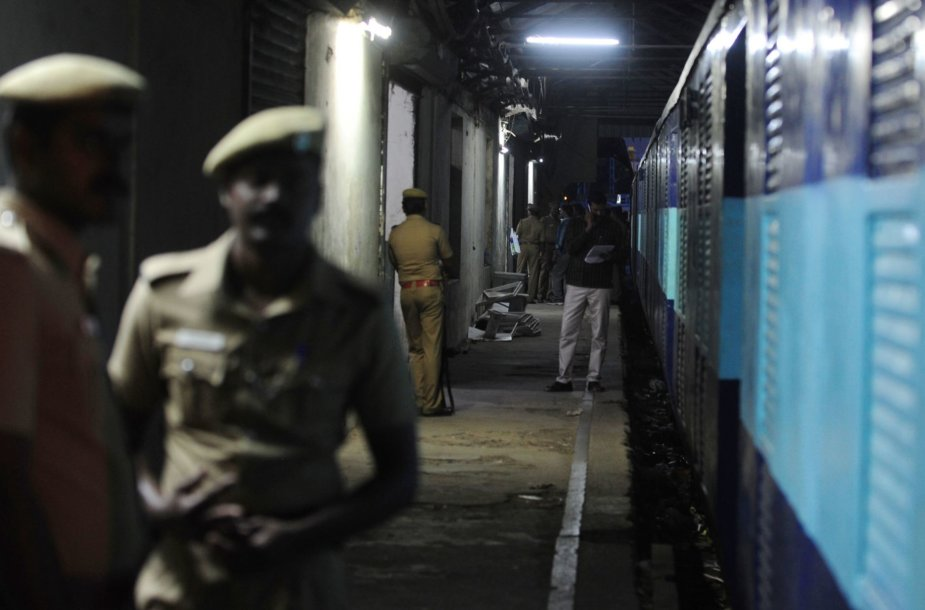 Indijoje apiplėštas traukinys