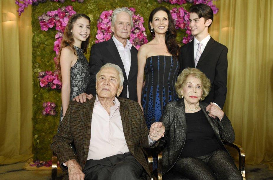 Kirkas Douglasas su žmona Anne ir sūnaus Michaelo šeima – jo žmona  Catherine Zeta-Jones bei vaikais Dylanu ir Carys