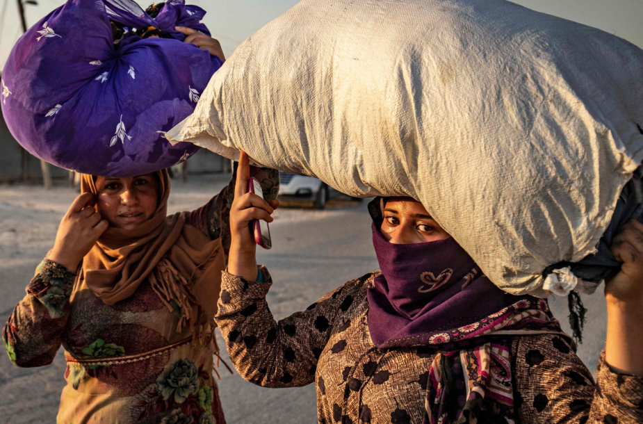 Nuo bombardavimų bėgantys kurdai civiliai