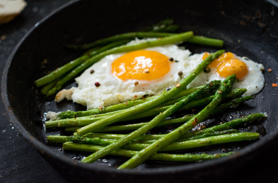 Šparagai su keptu kiaušiniu