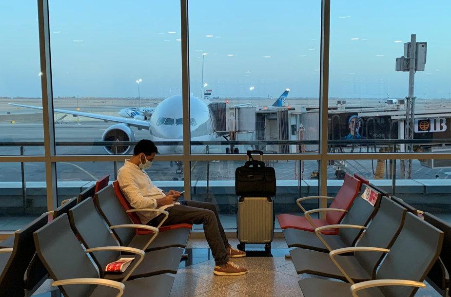 """Vyras laukia skrydžio """"Qatar Airways"""""""