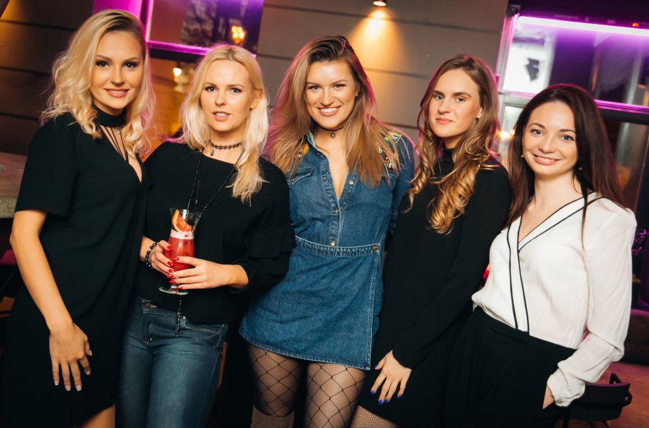 Laura Navikaitė (kairėje) ir Emilija Katauskaitė (viduryje) su draugėmis