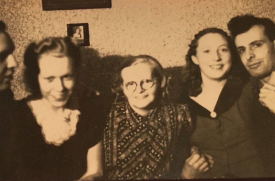 Vladimiras Knopf-Mileris, Fjola Steinsdóttir Mileris,  Una Hjartardóttir,  Svava Ágústsdóttir ir Teodoras Bieliackinas, 1943, Reikjavikas.