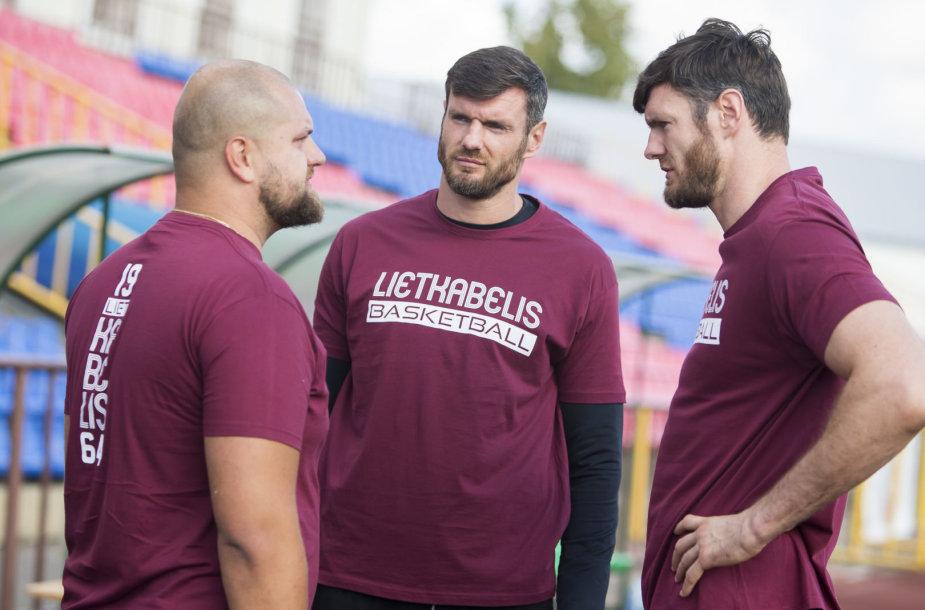 """Broliai Lavrinovičiai ir kiti Panevėžio """"Lietkabelio"""" krepšininkai susirinko į pirmąją treniruotę."""