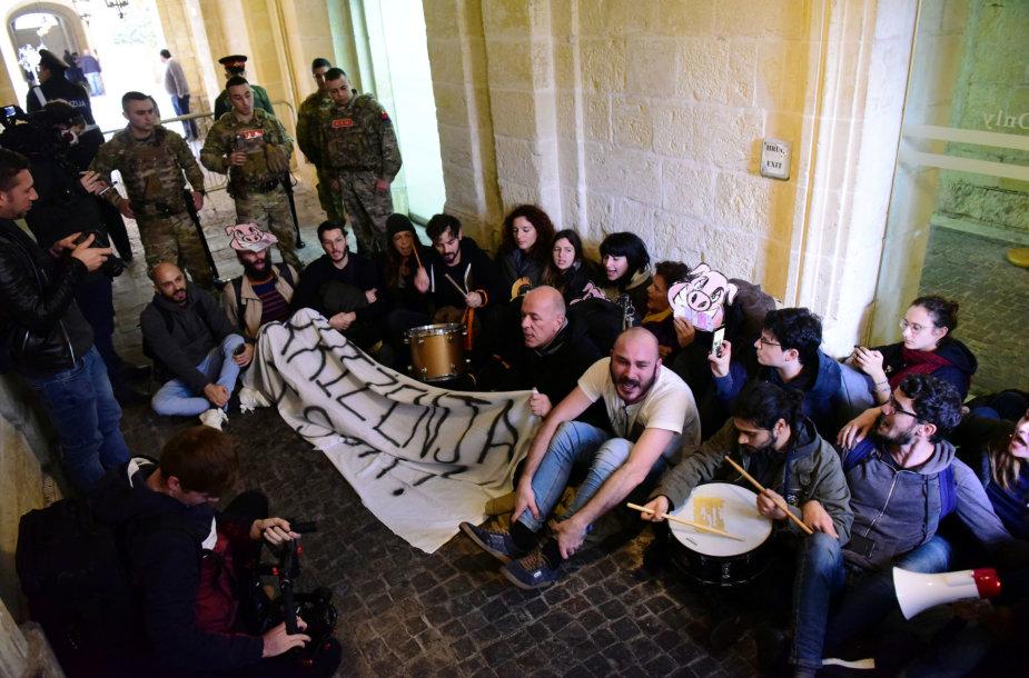 Protestuotojai Maltos parlamente