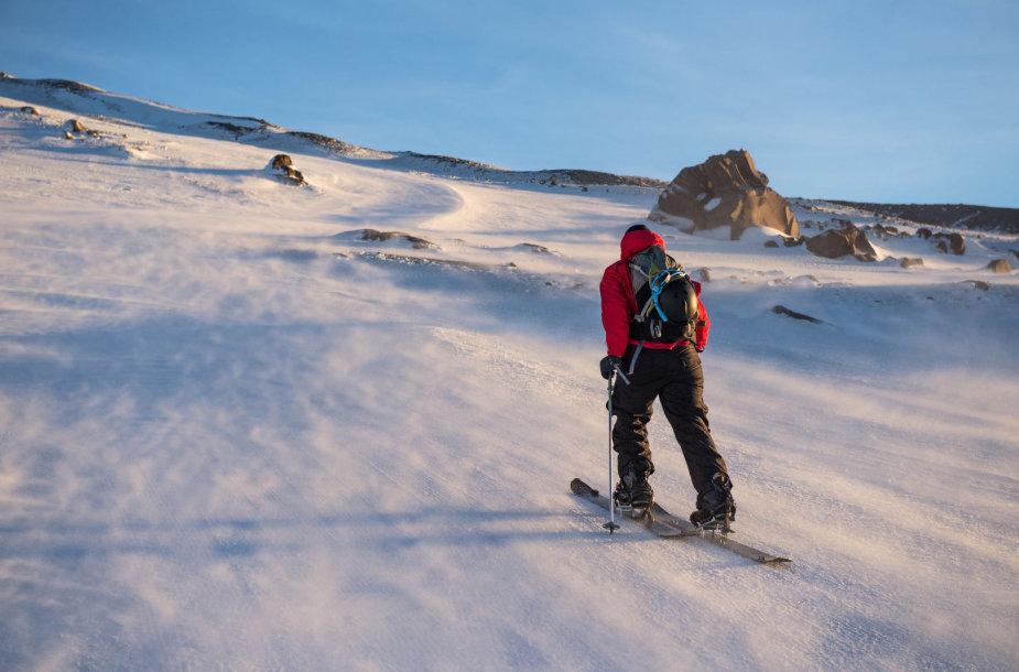 Kopimas į kalną su slidėmis