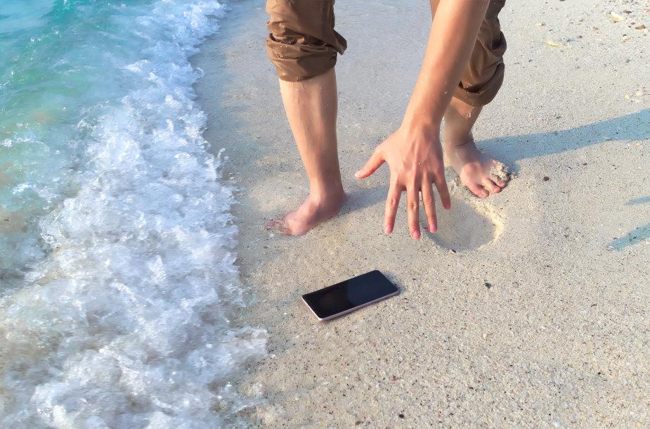 Išmaniųjų telefonų prie jūros tyko pavojai
