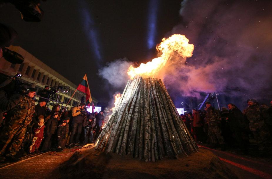 Atminimo laužai uždegti prie Seimo