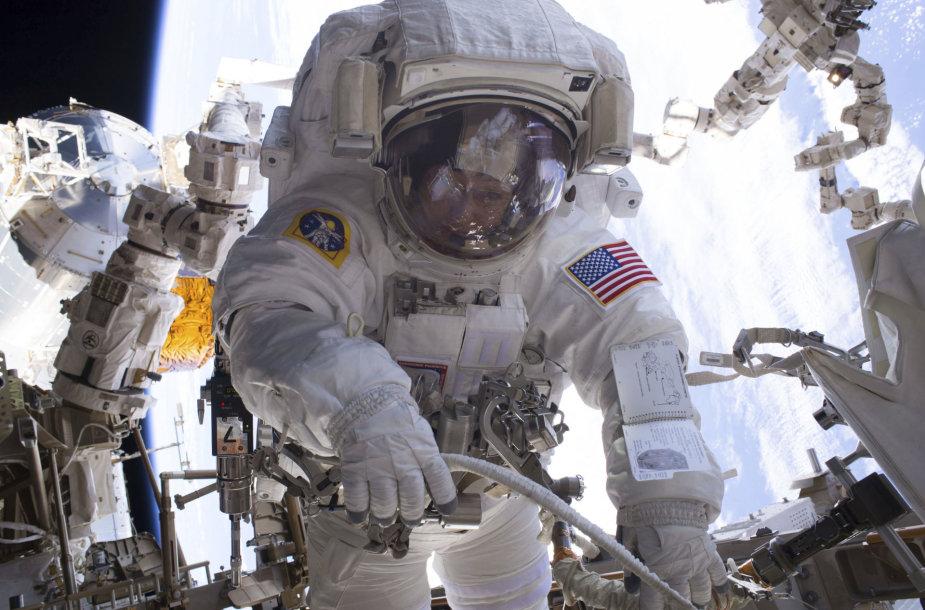NASA astronautė Peggy Whitson darbo atvirame kosmose metu