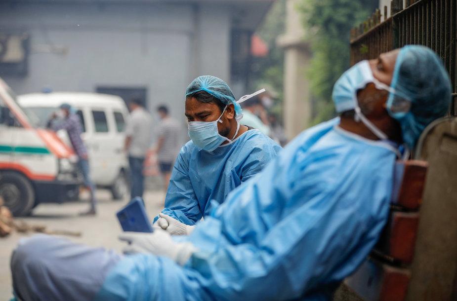 Krematoriumo darbuotojai Indijoje