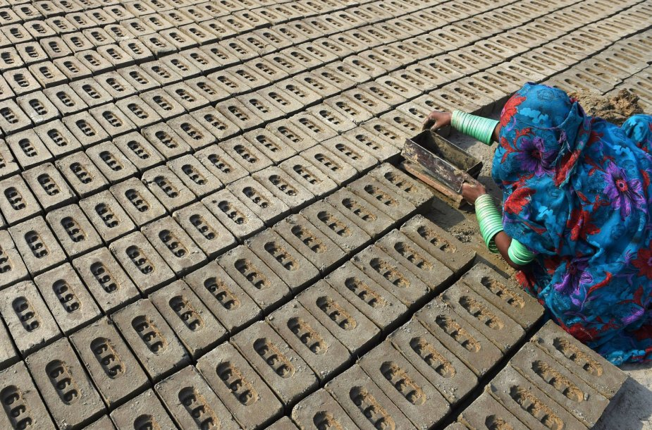Moteris plytų gamykloje Pakistane