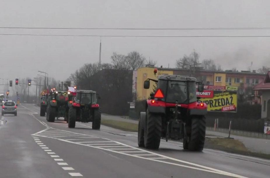 Lenkų ūkininkai su traktoriai traukia į Varšuvą.