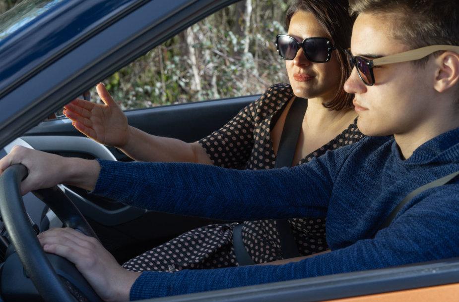 Mama moko sūnų vairuoti