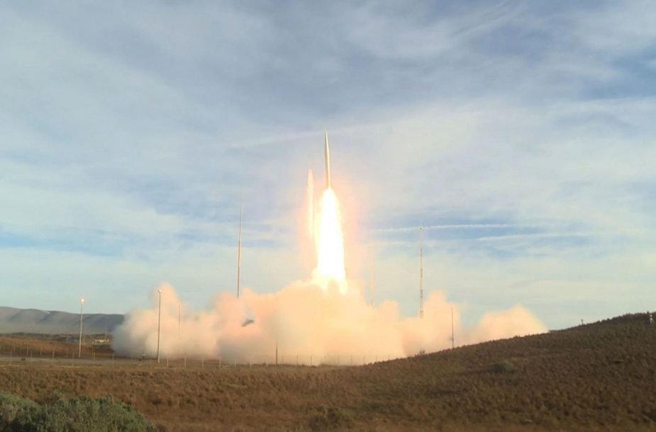 JAV paleido vidutinio nuotolio balistinę raketą