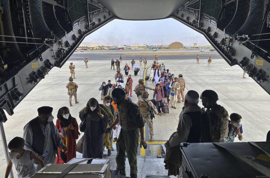 Ispanijos kariniu orlaiviu evakuojami žmonės iš Kabulo