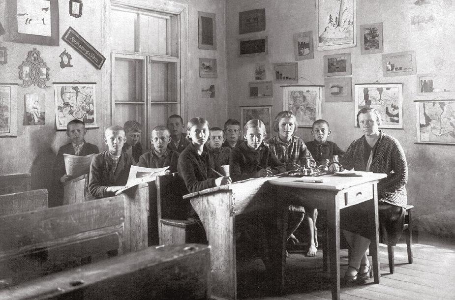 Antroje eilėje pirmas iš kairės Stasys Mikšta. 1930 m. gegužės 27 d. Iš S.Mikštos albumo
