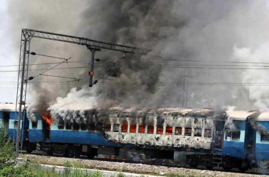 Demonstrantų padegtas traukinys