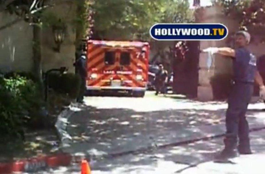Paramedikai atvažiuoja į Michaelo Jacksono namus.