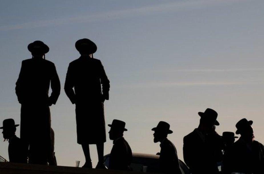 4Tūkstančiai griežtų pažiūrų žydų vyrų dalyvauja vieno iš Izraelio aukų Mumbajuje Arieho Levisho Teitelbaumo laidotuvėse.