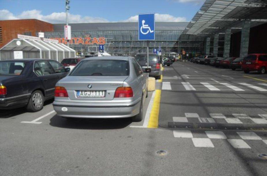Fotopolicija. BMW neįgaliųjų vietoje.