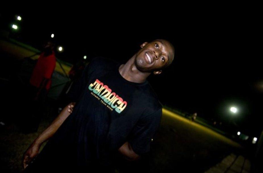 Usainas Boltas sporto arenoje Mona Bowl, Kingstone.