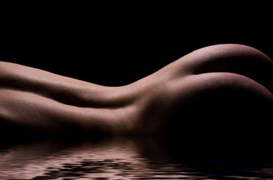 Nuogas moters kūnas