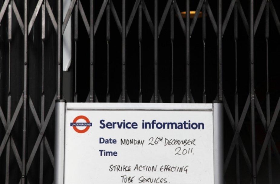Londono metro keleivius pasitiko uždarytais vartais.