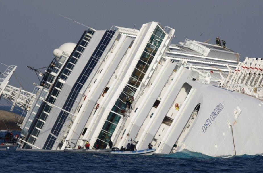 """Gelbėtojai prie """"Costa Concordia"""""""