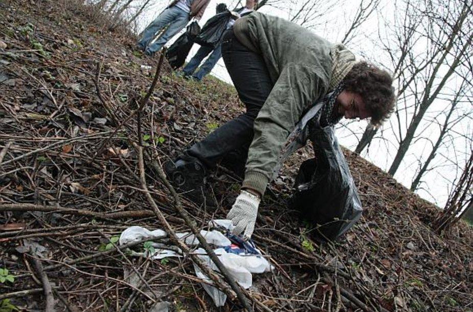 """Į talkas susirinkę miestiečiai bus nemokamai aprūpinti šiukšlių maišais, kuriuos po atliktų švarinimo darbų išveš """"Kauno švara""""."""