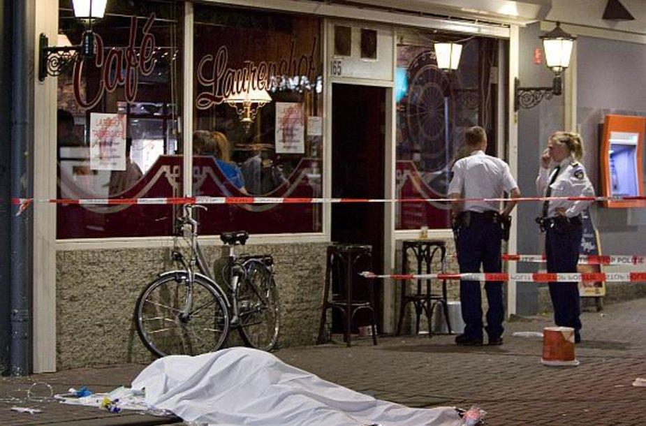Olandų policija nusikaltimo vietoje greta kavinės.