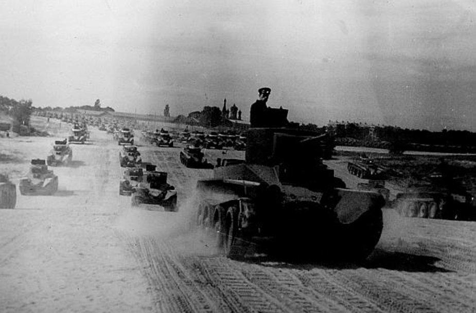 Sovietų tankai praėjusio amžiaus ketvirtą dešimtmetį