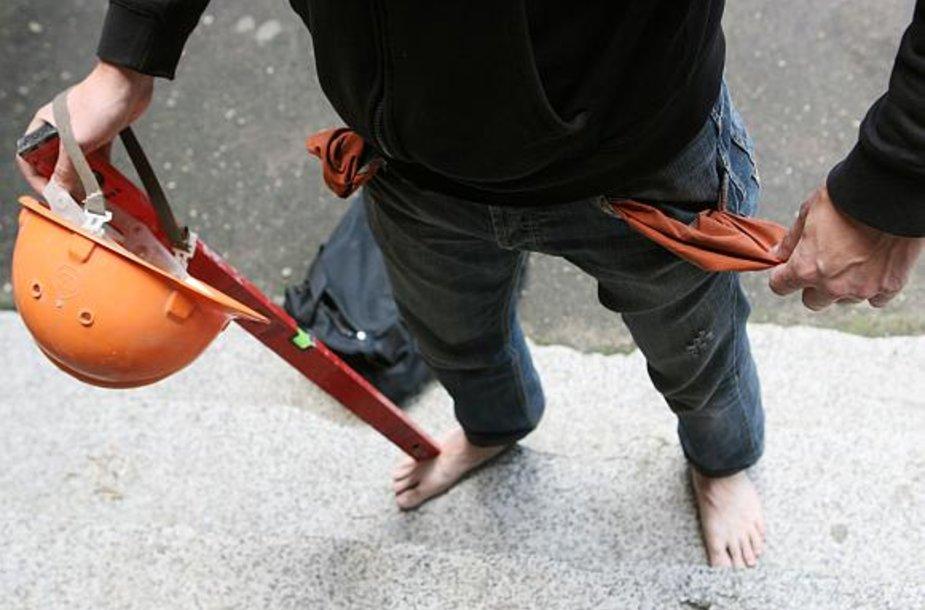 Nuo aferistų nukentėję žmonės lieka ir be žadėto darbo, ir be apgavikams sumokėtų pinigų.