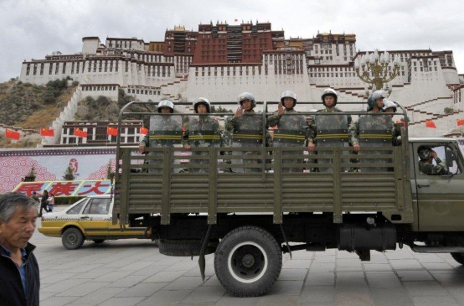 Kinijos riaušių policija patruliuoja prie Potalos rūmų Tibeto sostinėje Lhasoje.