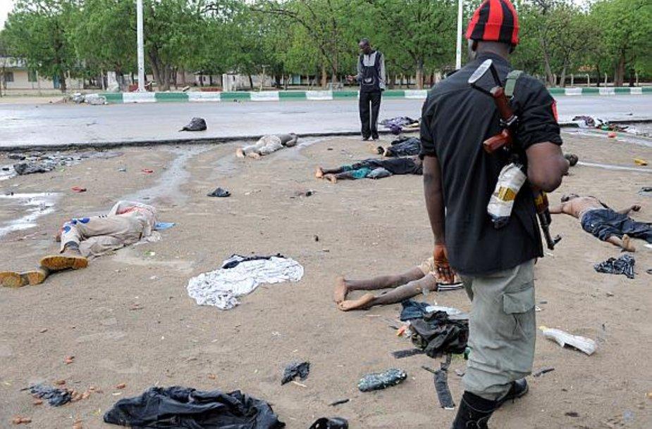 Policininkai vaikšto tarp nukautų ekstremistų kūnų.