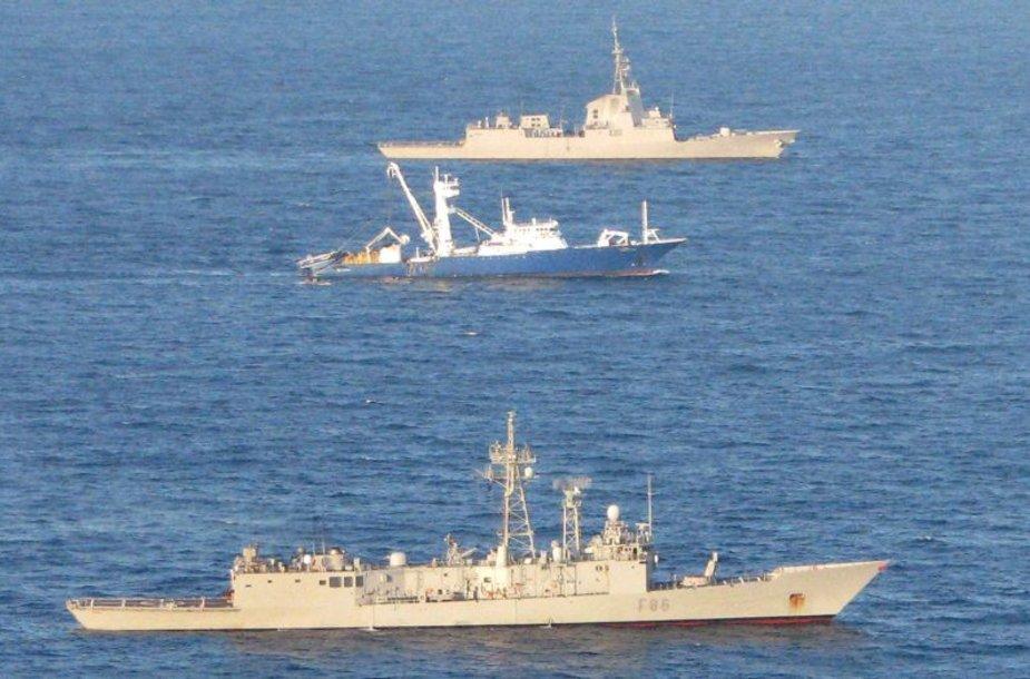 """Ispanijos karo laivai lydi išlaisvintą tralerį """"Alakrana""""."""