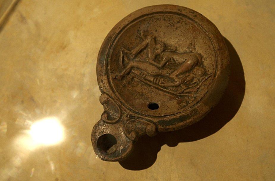 Parodos eksponatas – lempa, ant kurios pavaizduota besimylinti pora