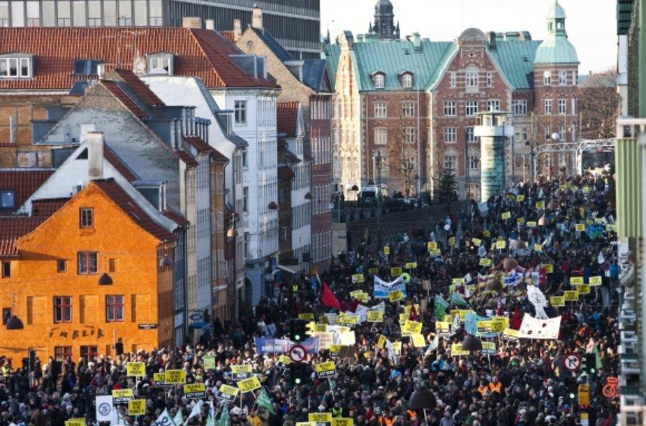Kopenhagoje į gatves išėjo dešimtys tūkstančių žmonių.