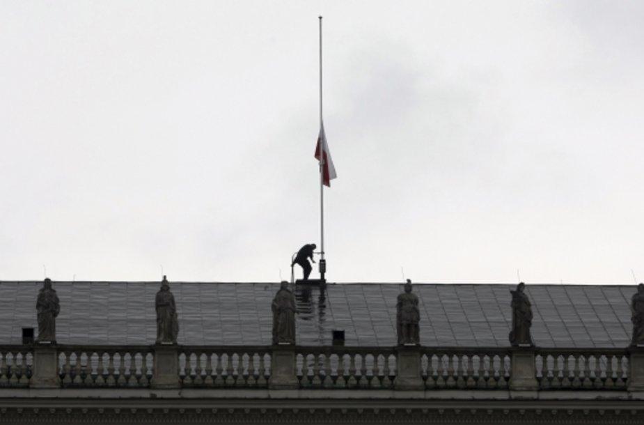 Po kraupios žinios vėliava ant Lenkijos prezidento rūmų buvo nuleista iki pusės stiebo.